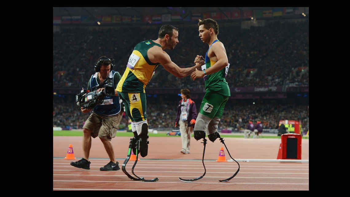 El brasileo Alan Fonteles Cardoso Oliveira y Oscar Pistorius desde de la final de 200 metros (La foto es de Gareth Copley, de Getty Images)