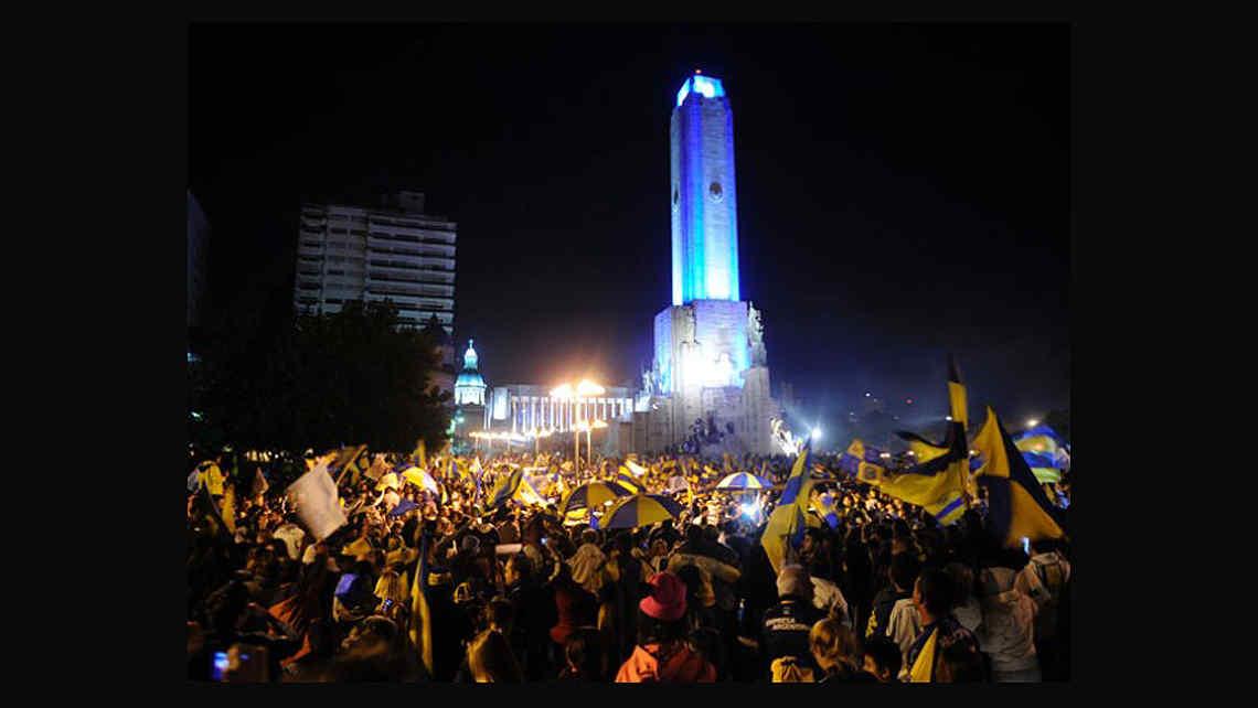 La hinchada de Rosario Central copó el Monumento a la Bandera (Foto: diario La Capital de Rosario).