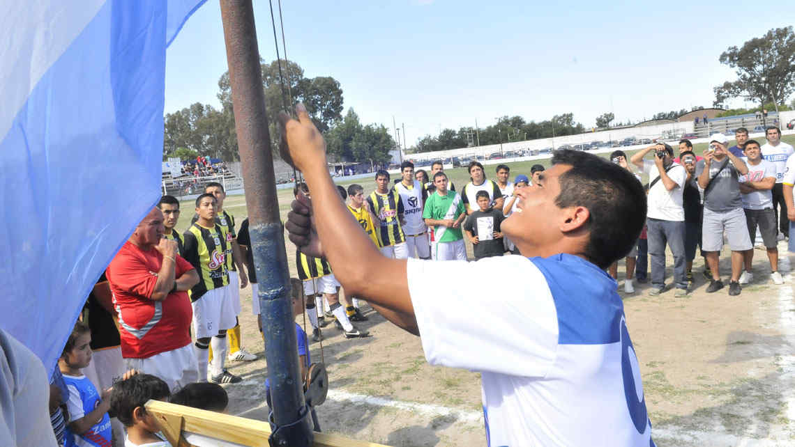Homenaje. El 11 de noviembre pasado, Libertad recordó a Lucas Leiva con un partido solidario. Matías, su hermano, izó la bandera. // Foto: Ramiro Pereyra