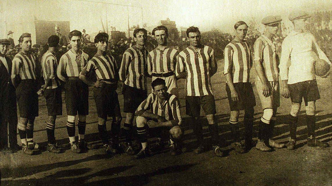 """Una reliquia. Una de las primeras fotos de un plantel de Talleres. Es de 1914, cuando la """"T"""" comenzó a participar oficialmente de los torneos cordobeses."""