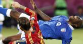 Balotelli vuela por el aire, barrido por Sergio Ramos. (Foto: AP).
