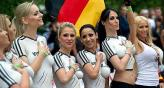 Actrices porno de Dinamarca y Alemania jugaron su propio clsico de Eurocopa.