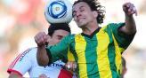 Gigli salta a cabecear ante River. Aldosivi quiere repetir (Foto: Tlam / Archivo).