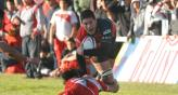 Sube el Ingls. Rodrigo Ruiz (Athletic) intenta zafar del tackle de Sebastin Cuadrado (U) (Foto: LVI/Facundo Luque).