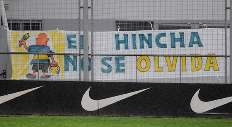 Un grupo de hinchas se acerc a brindarle su apoyo a Basile (Foto: DyN).