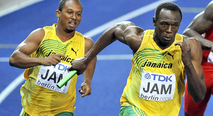 Michael Frater ya le dio el testimonio a Usain Bolt, en el segundo cambio de mando.