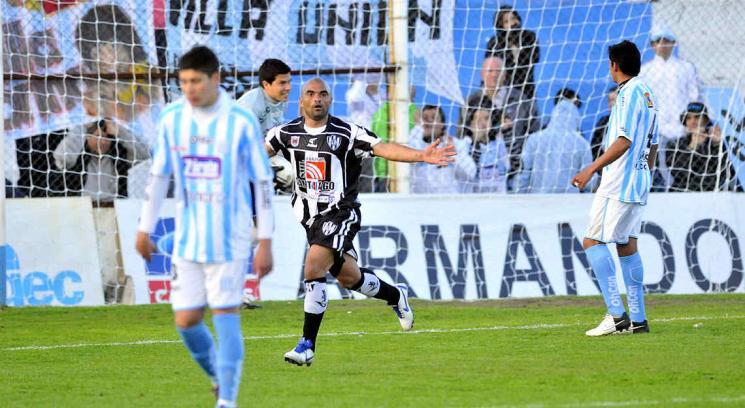 """Fernández le hizo penal a Albornoz y vio """"la roja"""". Darwin Barreto se hizo cargo y logró el 2-0 definitivo para Central Córdoba. (Foto: Ramiro Pereyra)"""