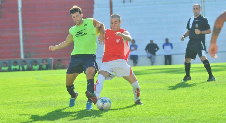 Uriarte, el juvenil de Instituto, intenta dominar la pelota (Foto: Pedro Castillo).