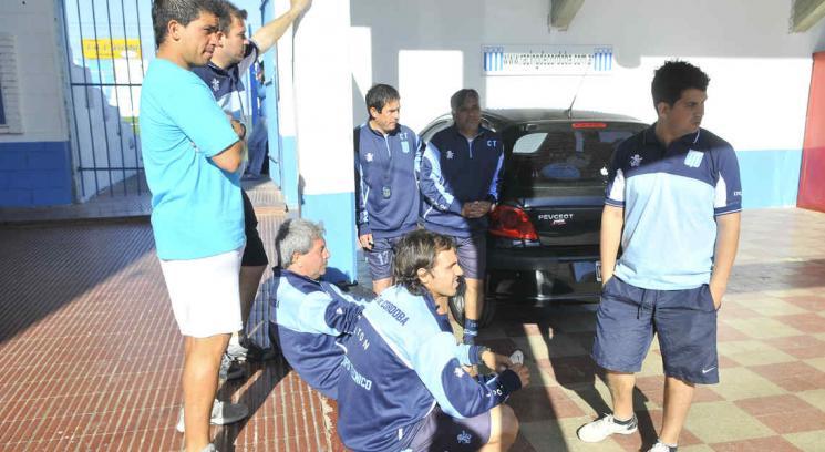 De paro. Ayer los jugadores esperaban fuera de la cancha la solución que todavía no llegó. // Foto: José Gabriel Hernández