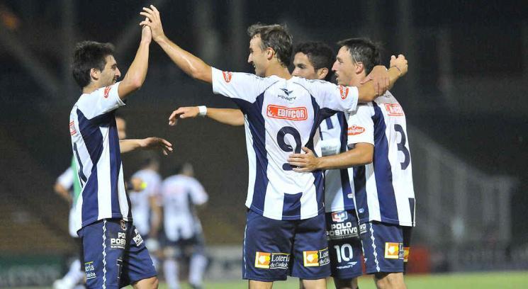 El festejo de los jugadores de Talleres tras el primer gol de Klusener. (Foto: Sergio Cejas)